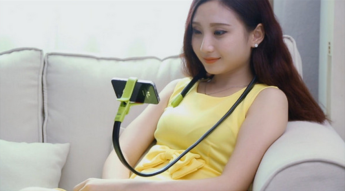Snake Stand pode ser enrolado ao pescoço para ver vídeos no smartphone, por exemplo (Foto: Reprodução/DX)