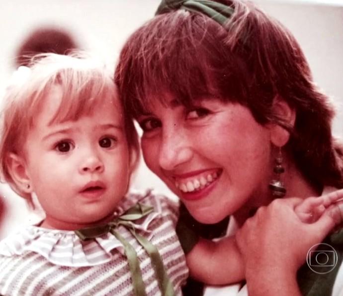 Tatá Werneck pequenininha com a mãe Claudia (Foto: TV Globo)