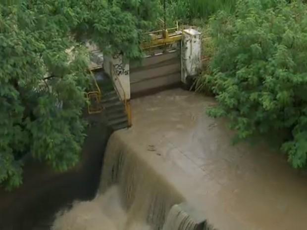 Comporta foi aberta para evitar extravazamento do Rio Capivari (Foto: Reprodução/EPTV)