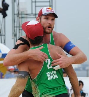 Alisson e Bruno volei de praia Japão (Foto: Divulgação/FIVB)