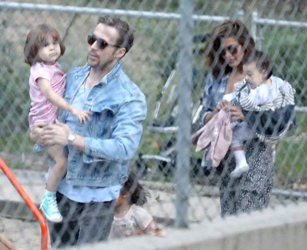 Ryan Gosling (com Esmeralda no colo) e Eva Mendes (segurando a caçula, Amada) (Foto: AKM-GSI)