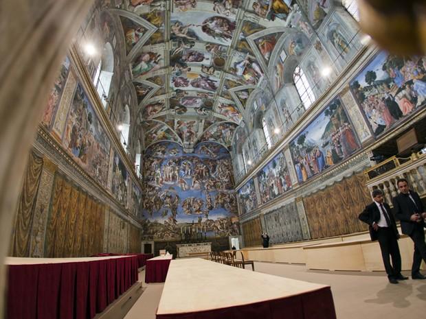 Visão geral da área da Capela Sistina, onde os cardeais vão se reunir na terça-feira (12) para o conclave (Foto: Alessandra Tarantino/AP)