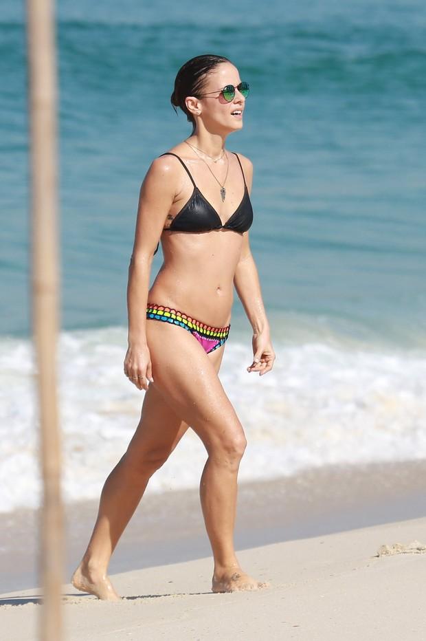 Fernanda de Freitas em praia da Barra da Tijuca (Foto: Dilson Silva / Agnews)