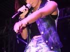 Com short larguinho, Anitta se empolga e quase mostra demais