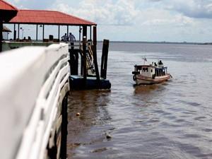Acesso aos restaurantes é feito de barco, que aportam em pequenos trapiches (Foto: Ingrid Bico/G1)