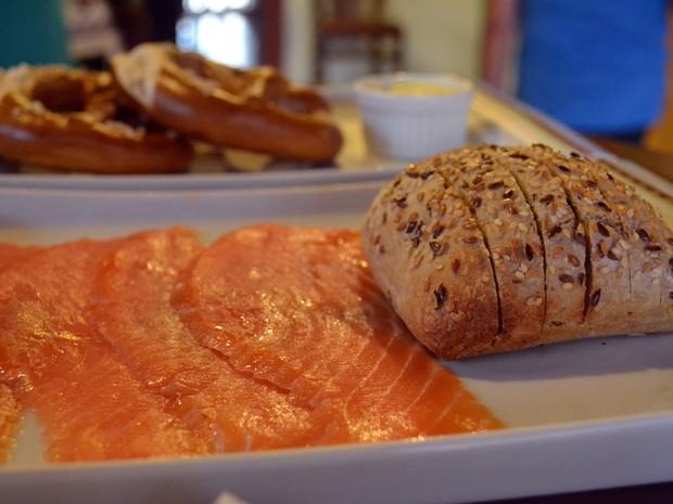 Salmão defumado com pão alemão, Monte Verde (Foto: Daniela Ayres/ G1)