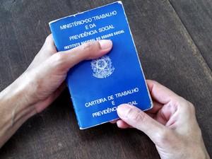 Carteira de Trabalho é documento obrigatório (Foto: Ivair Vieira Jr/G1)