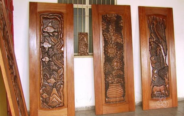 Florentino Gomes faz obras artísticas com madeira (Foto: Roraima TV)