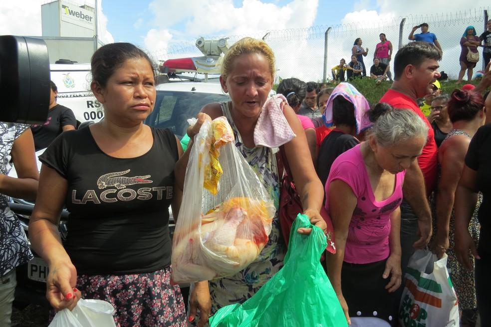 Familiares de presos aguardavam em barreira com alimentos perecíveis sem refrigeração aguardando autorização para entregar (Foto: Felipe Souza/BBC Brasil)