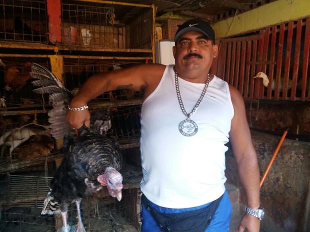 Sivaldo Filho mostra Peru de 7 kg que comprou no Mercado de Maceió (Foto: Suely Melo/G1)