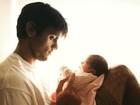 Felipe Simas posa com a filha recém-nascida em clique fofíssimo