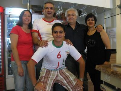 Iranianos em Curitiba comemoram jogo da seleção do Irã (Foto: Samuel Nunes)