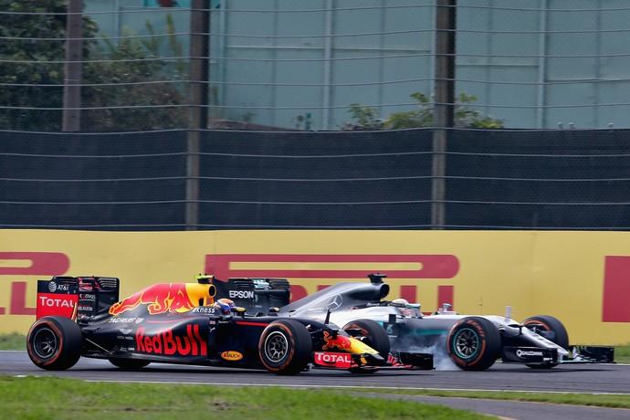 Max Verstappen muda de linha durante freada e Lewis Hamilton sai da pista em disputa no GP do Japão (Foto: Getty Images)