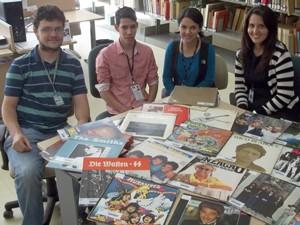 Equipe do projeto reunida diante de discos já catalogados. Segundo cordenador (esquerda), este é o 1º trabalho do tipo no DF (Foto: Felipe Néri / G1)