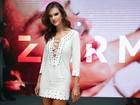 Look do dia: Alessandra Ambrósio aposta em micro vestido com decote