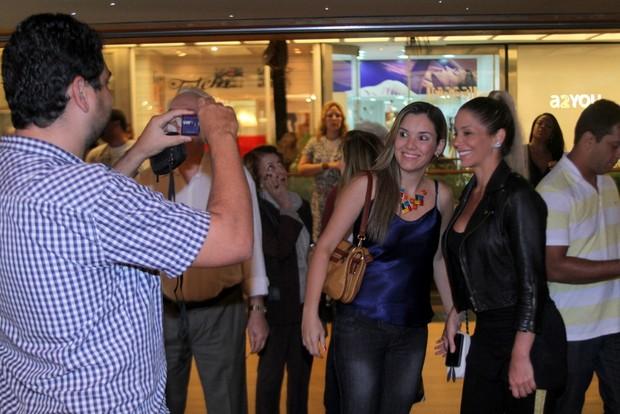 Danielle Winits tira foto com fã na porta de teatro (Foto: Daniel Delmiro/Ag News)