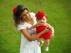 Karla, do 'BBB 5', e filha posam juntas e com modelitos parecidos em especial de Dia das Mães