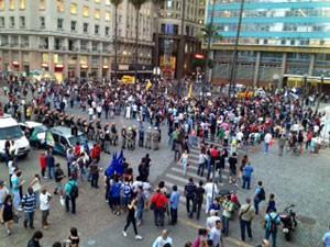 Protesto passagem de ônibus Porto Alegre (Foto: Marcos Pacheco/RBS TV)