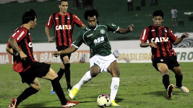 Renato Ribeiro marca gol da vitória do Guarani sobre o Atlético-PR, neste sábado, em Campinas (Foto: Rodrigo Villalba / Memory Press)