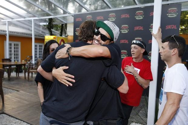 Cléo Pires, Rômulo Neto e Caio Castro no festival Lollapalooza em SP (Foto: Felipe Panfili/AgNews)