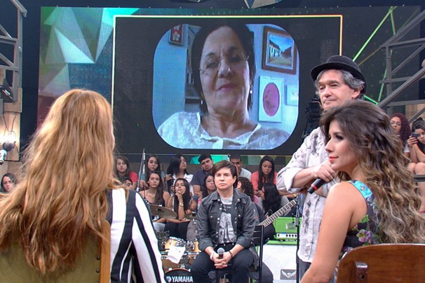 O Altas Horas tem como convidada Maria da Penha (no telão), popular pela Lei que leva seu nome (Foto: Globo)