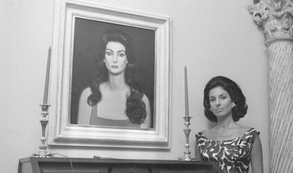 Carmen ao lado de seu icônico retrato pintado por Portinari (Foto: Agência O Globo)