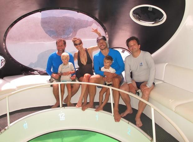 Léo Veras, Fernanda Lima, Rodrigo Hilbert com os filhos João e Francisco e Paulo Oscar em Fernando de Noronha (Foto: Divulgação)