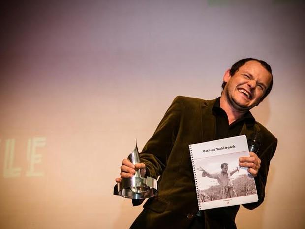 Matheus Nachtergaele agradece ao público a homenagem (Foto: Divulgação)