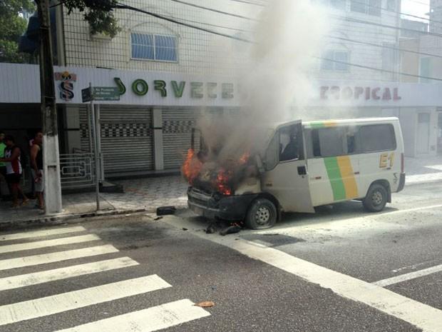 Bombeiros controlaram o incêndio, ninguém ficou ferido (Foto: Edilson Rebouças/G1)