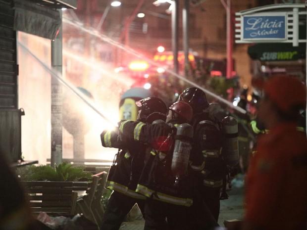 Bombeiros tentam controlar fogo que consumiu loja no centro de Maceió (Foto: Jonathan Lins/G1)