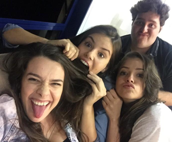 Mariana Molina e elenco descontraem nos bastidores (Foto: Arquivo Pessoal)