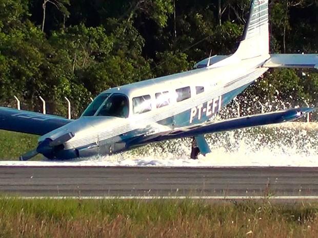Avião fez pouso 'de bico' no aeroporto de Porto Seguro, no sul da Bahia (Foto: Na Mídia News)