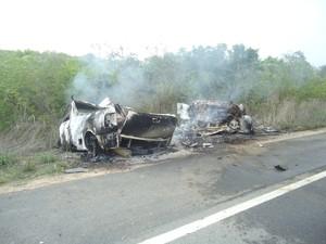 Veículos pegaram fogo logo após a batida. (Foto: Fernando Barbosa/ Blog Vertentes Hoje)