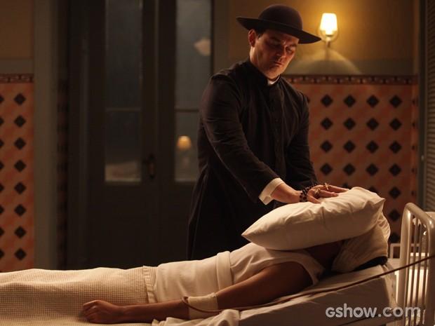 Manfred se disfarça de padre e tenta matar Décio de uma vez por todas (Foto: Pedro Curi/TV Globo)