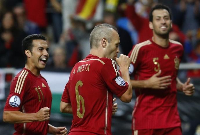 Pedro, Iniesta e Busquets, Espanha x Eslováquia (Foto: Agência AP)