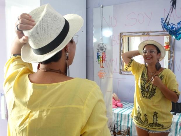 Brenda tem 15 anos e desde os 13 decidiu cortar os cabelos para fazer doação (Foto: Joalline Nascimento/G1)