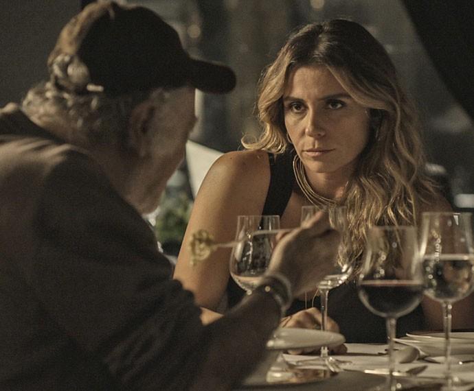 Atena joga sujo para conseguir informações (Foto: TV Globo)