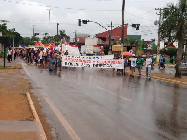 Cerca de 300 pessoas, fizeram uma manifestação em marcha na Avenida Tancredo Neves (Foto: Eliete Marques/G1)