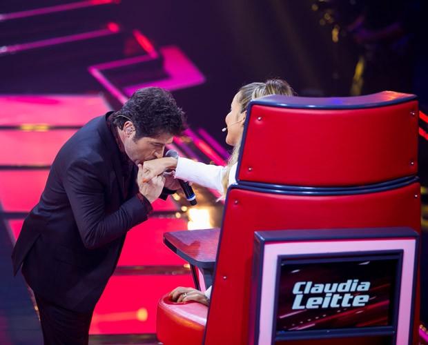 Daniel beija a mão de Claudia Leitte durante o musical (Foto: Isabella Pinheiro/ TV Globo)