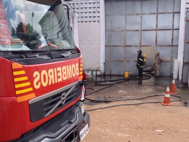 Incêndio atingiu depósito de tintas e solventes (Foto: Kety Marinho/TV Globo)
