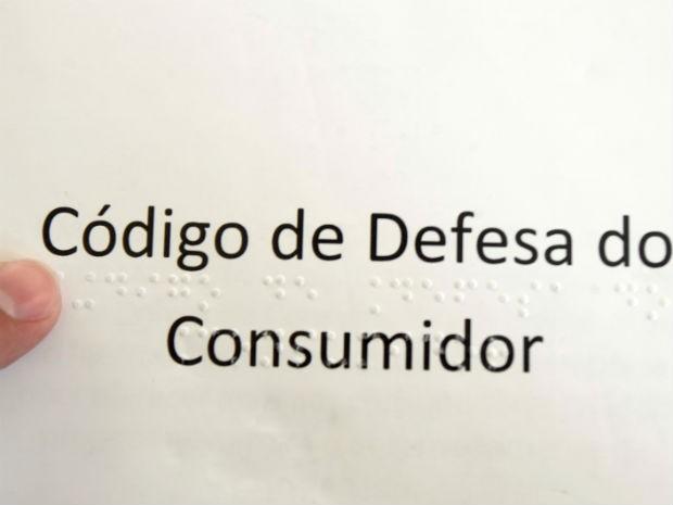 Código de Defesa do Consumidor foi integralmente traduzido em Braile (Foto: Assis Cavalcante)