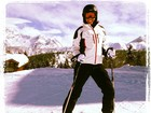 Adriane Galisteu posa para foto esquiando