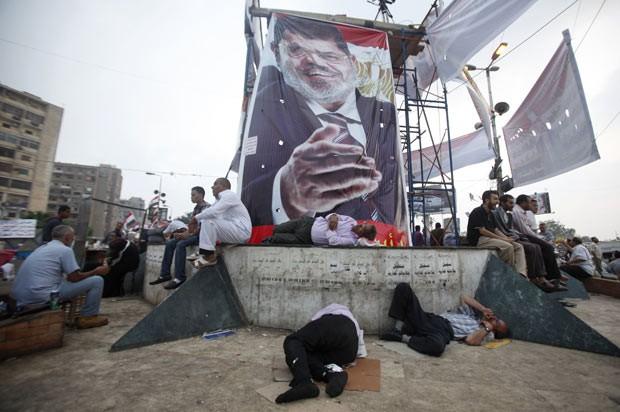 Manifestantes pró-Morsi acampam em praça no Cairo, capital do Egito, nesta terça-feira (9) (Foto: Reuters)