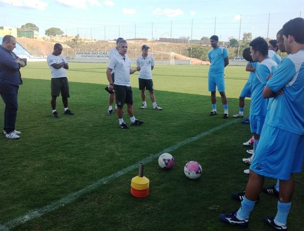 Alexandre Grasseli conversa com jogadores do Nacional-MG durante treino (Foto: Divulgação/Nacional-MG)