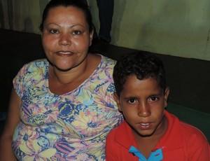 Iraci com o filho Mateus, em Santo Anastácio (Foto: Valmir Custódio / GloboEsporte.com)