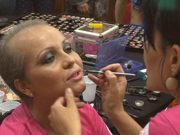 Participantes tiveram direito a maquiagem antes do desfile (Foto: Reprodução/TV Gazeta)