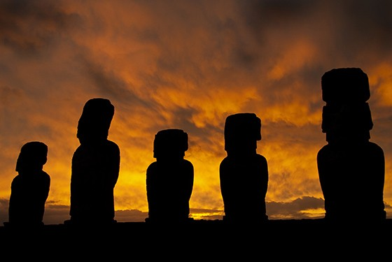 Os gigantes de pedra – os moais – de Tongariki ao amanhecer  (Foto: © Haroldo Castro/ÉPOCA)