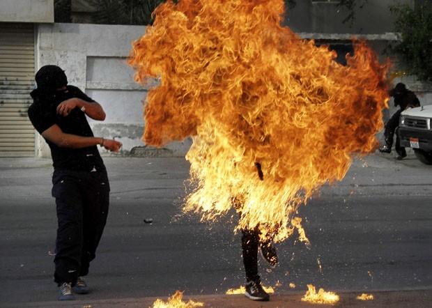 Momento em que homem pega fogo durante protesto no Bahrein (Foto: Hasan Jamali/AP)