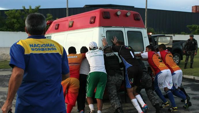 Ambulância no prego (Foto: Isabella Pina)