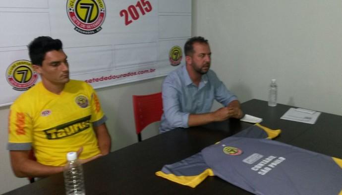 Goleiro Raphael é apresentado pela diretoria do Sete de Dourados (Foto: Diogo Nolasco/TV Morena)